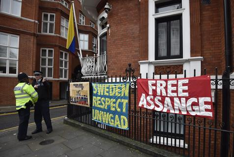 Protesto pró-Assange na Embaixada do Equador em Londres