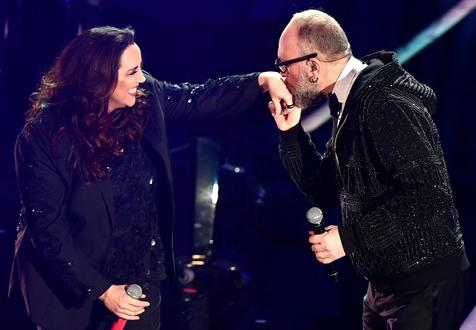Ana Carolina e Mario Biondi no palco do Teatro Ariston, em Sanremo