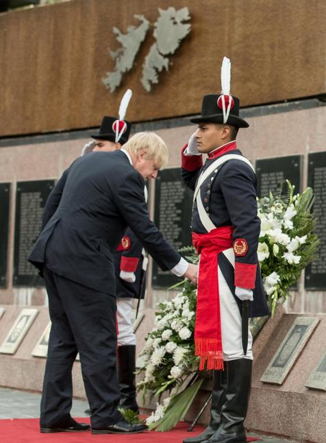 Boris Johnson homenageia vítimas da Guerra das Malvinas