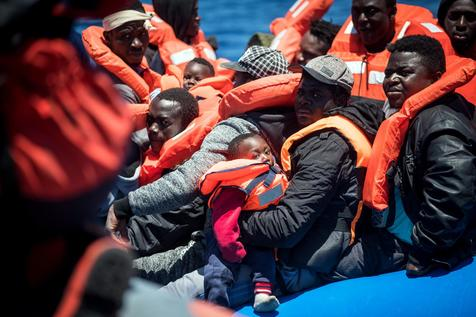 Migrantes a bordo de navio da ONG alemã Sea Watch, no Mediterrâneo Central
