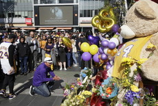 Fãs homenageiam Kobe Bryant do lado de fora do Staples Center